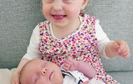 Elvine, 2 år, presenterar här sin syster som ska heta Livia. Lillasyster föddes den 27 april med längden 52 cm och vikten 4035 gram. Föräldrar är Elin Pennanen, uppvuxen i Lemland Västeränga, och Bjarte Keilen. Familjen bor i Bergen i Norge.