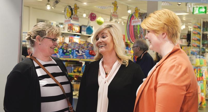 PÅ INVIGNING Lantrådet Katrin Sjögren till vänster och City Mariehamns verksamhetsledare Alexandra Walk-Liljeroos till höger pratade centrumaffärer med Zeipelschefen Susanne Fagerström.