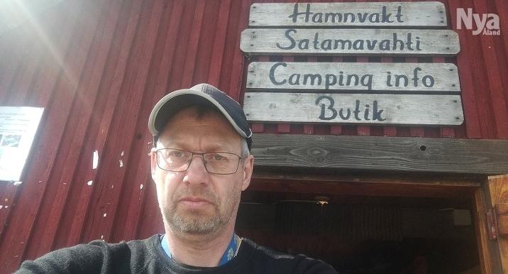 HAR PLANER Robert Karlman som driver Sandvik gästhamn och camping har utökat sortimentet i sjöbodskiosken när butiken är stängd. Han har planer på att bygga ut med en livsmedelsbutik.