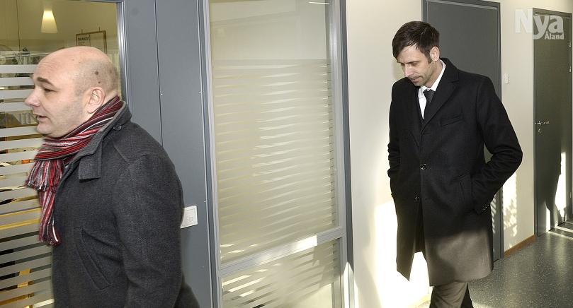 NEKAR Fredrik Fredlund (till höger) är misstänkt för misshandel mot sin före detta sambo. Till vänster syns Fredlunds advokat Johnny Bäck.