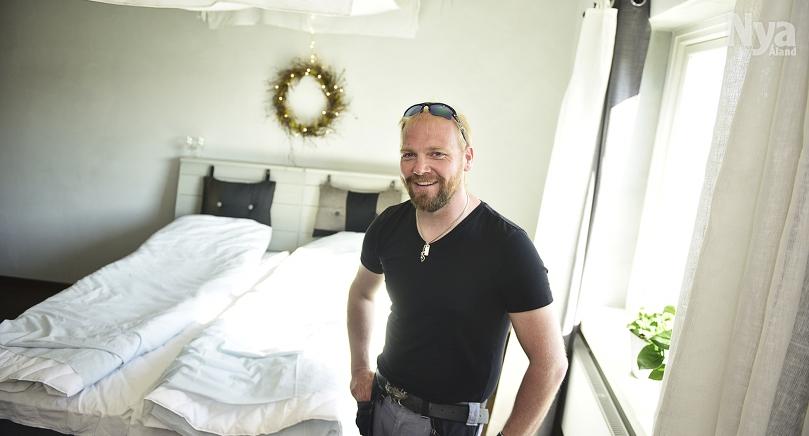 LJUSA SOVRUM Avskalat och lugnt. Här kan man sova gott, hoppas Christian Ekström. Att övernatta här i dubbelrummet kostar 125 euro natten.