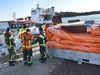 Många åkte med sjöräddningens fartyg Svante G till Skarvens grundstötningsplats i går på förmiddagen. Svante G drog också med sig sjöräddnignens nya oljeläns - som är 300 meter lång när den tas ut ur den orangea påsen - för att minimera risken för att det tio liter stora oljeläckaget skulle sprida sig.