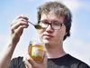 """""""Honung kan användas till lite allt möjligt. När man gjorde sylt förr så lade man ofta ett lock av honung på ytan, det var ett sätt att sterilisera så att man inte fick in bakterier"""", säger Alexander Ramsdahl som blev intresserad av just dessa bakteriedödande egenskaper."""
