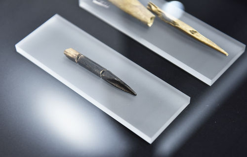 Spetsredskap, som pjutspetsar, pilspetsar och sylar, tillverkades av djurben från exempelvis sälar, fåglar eller hjortdjur.