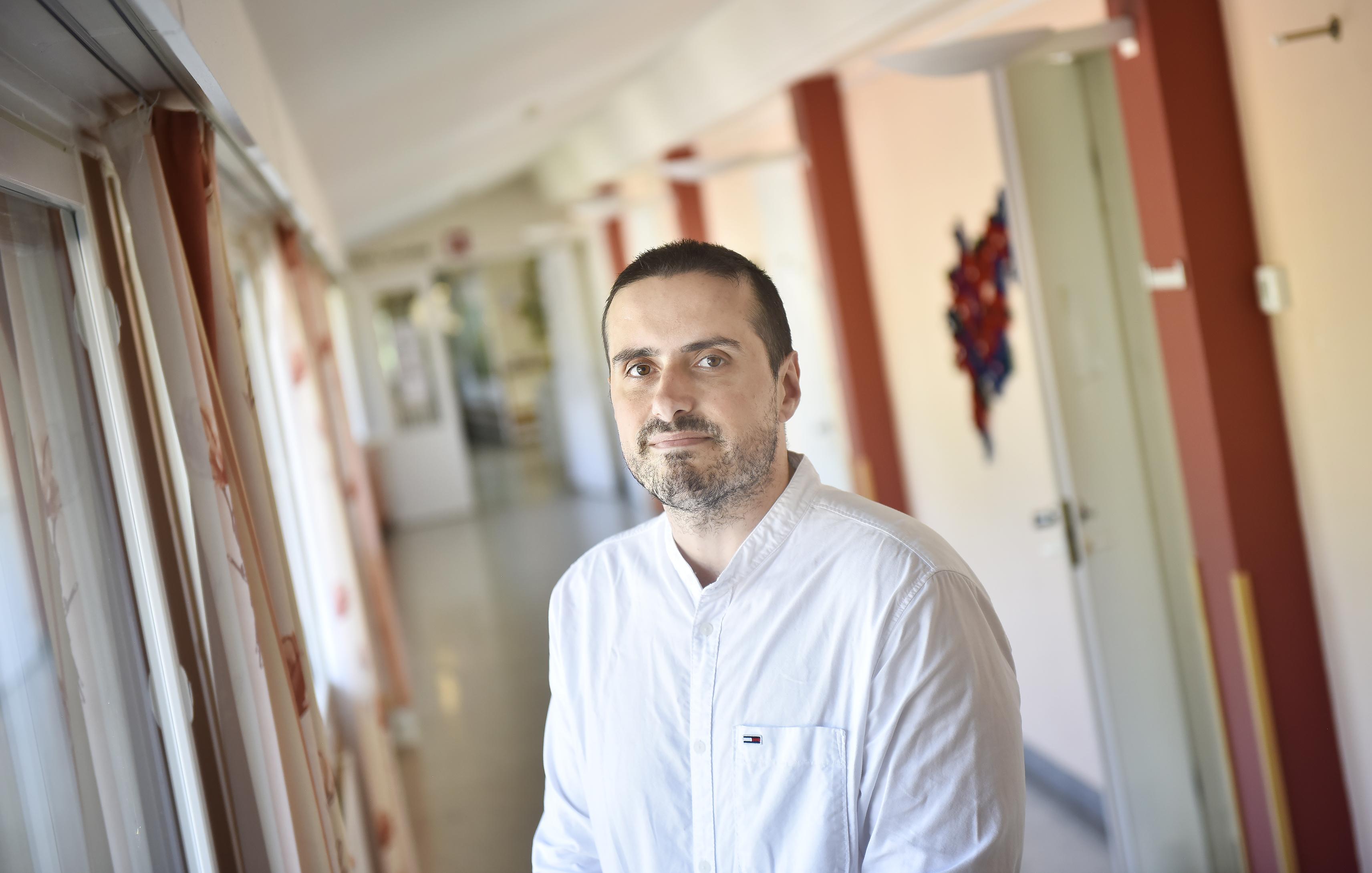 Många av de psykogeriatriska patienterna är ensamma, utan anhöriga som talar för dem, eftersom deras psykiska sjukdom sliter på familjebanden. –?De är helt beroende av oss, säger Arsim Zekaj, förbundsdirektör på Oasen.