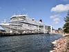 Kryssningsfärjan Cinderella avgår 17.30 från Stockholm och angör Mariehamn 07.15 dagen därpå. Inga kryssningsresenärer får dock gå av då – bara reguljärresenärer vars biljetter kostat tre-fyra gånger mer. Affärsmodellen är dock juridiskt tvivelaktig och att hindra passagerare från att gå i land är olagligt. Nya Åland har dock kontaktats av en resenär som hindrades på det sättet – med hänvisning till pandemiregler som inte gällde längre.