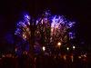 Årets nyårsfyrverkeri ska enligt planen avfyras från tre pråmar i Slemmern, och bli extra stort med anledning av självstyrelsens 100-årsjubileum.  Bilden är från fyrverkeriet 2019-2020 vid torget i Mariehamn.